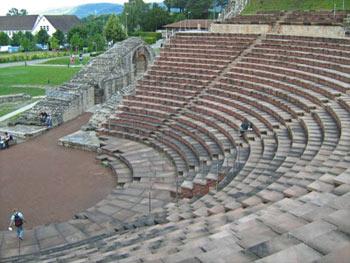 Het amfitheater Augusta Raurica nabij Basel. Dat is de grootste Romeinse opgraving in Europa en is gratis te bezoeken. Het ligt midden in het huidige dorp Kaiser August en er loopt een wandelroute langs alle verschillende opgravingen