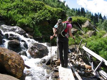 Avontuurlijke wandeling bij de Bacherwandalm. Smalle paden, beken oversteken en een Steig afdalen terug naar het startpunt