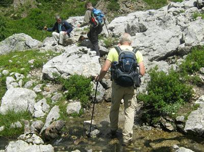 Nassfeldpass Karinthie. Een van de vele ondiepe stroompjes moet worden overgestoken