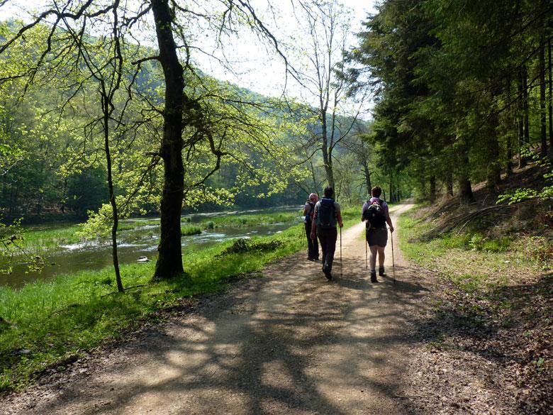 over het brede pad langs de oever is het een lichte wandeling