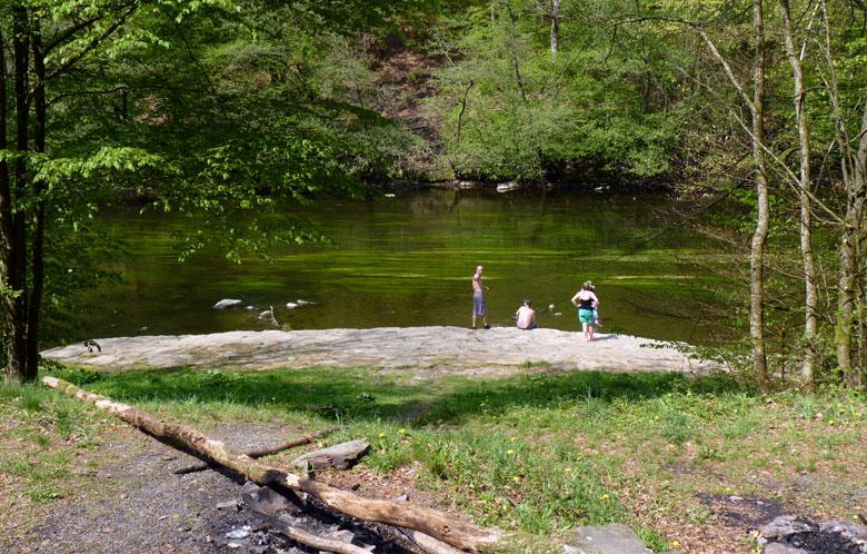een fraaie picknickplaats met landingplaats voor kano's