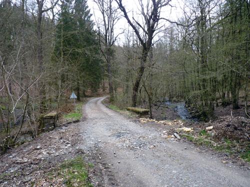de weg kruist de Ruisseau de Burnéchamps