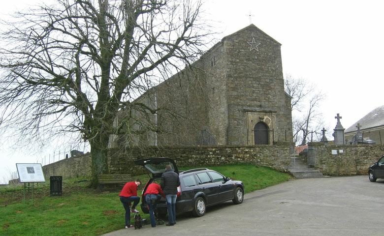 we parkeren voor een kerk in Montquintin