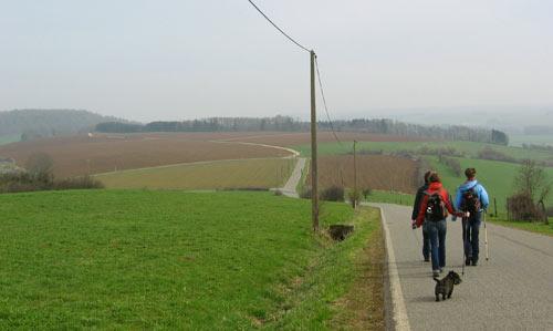 de wandeling begint met een afdaling