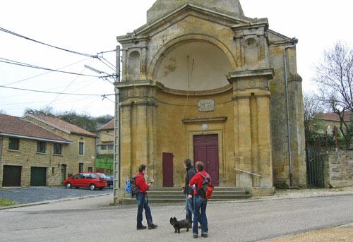 een opvallende kerk in Ecouviez
