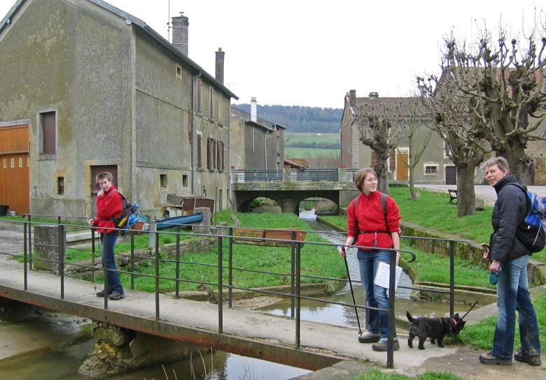 de brug over en we verlaten Ecouviez