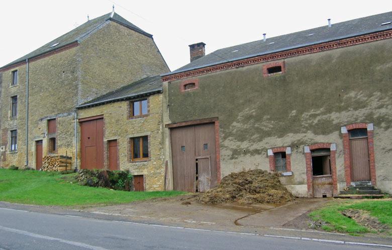 Een boerderij met mesthoop midden in het dorp