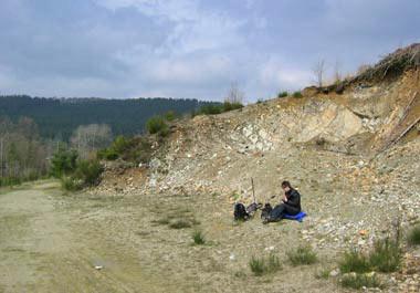 De helling van de steengroeve beschut ons tijdens de lunch tegen de wind