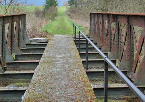 De spoorbrug is voorzien van een looppad en leuning