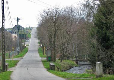 De brug rechts is de toegang tot de camping