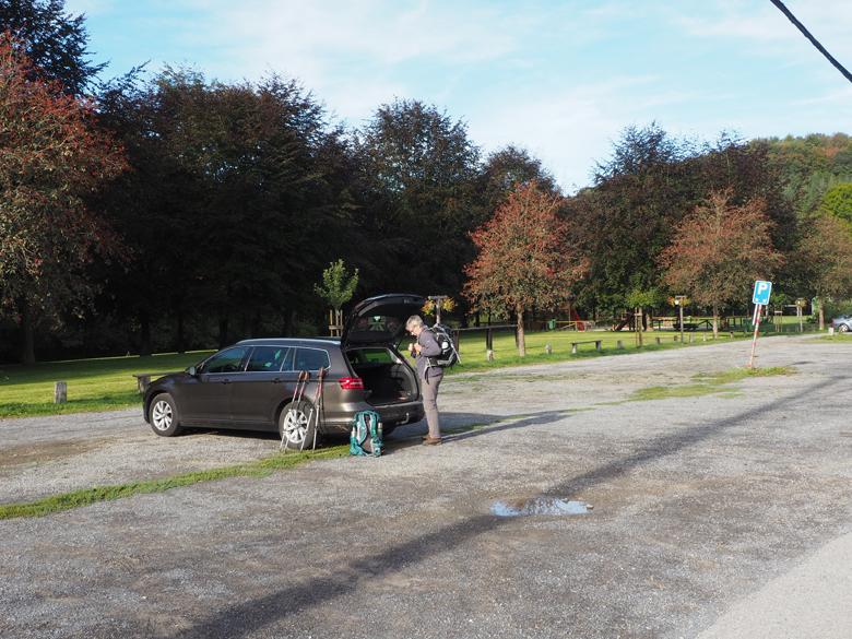 ruime parkeerplaats aan de Ourthe