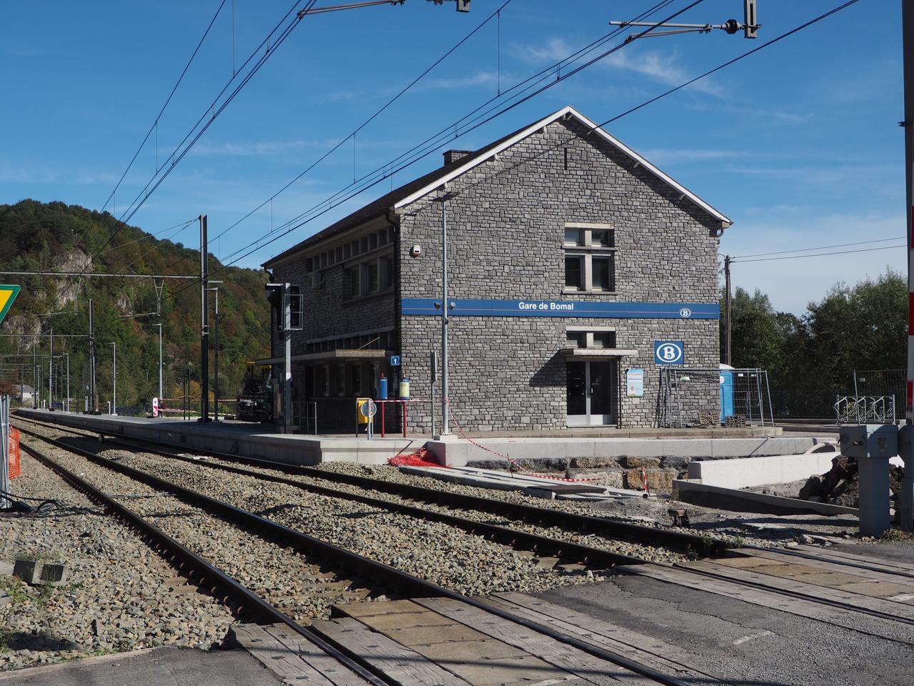 het vernieuwde stationsgebouw in Bomal