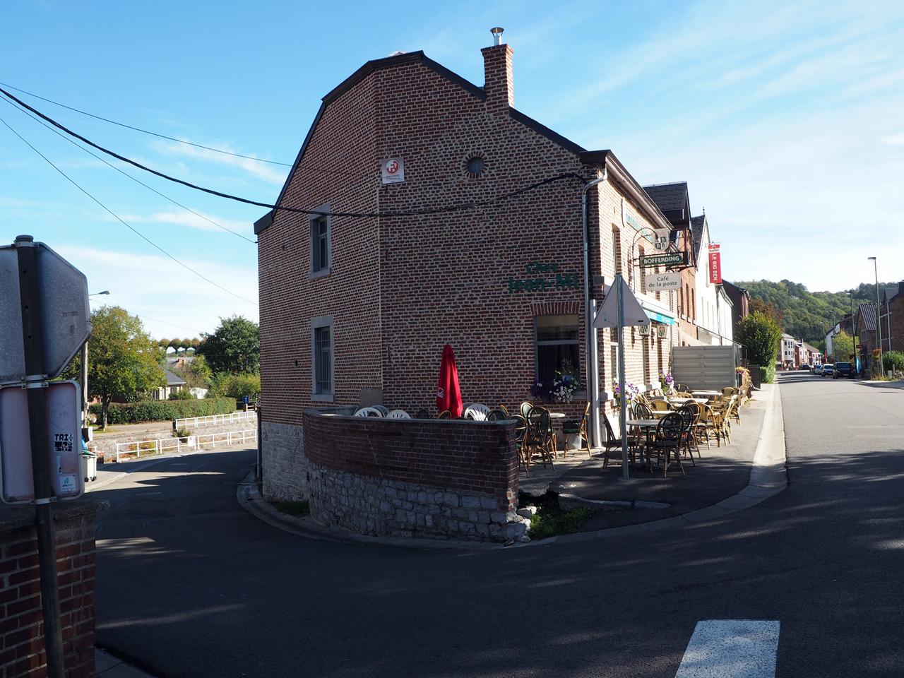 voor het café linksaf naar de Aisne