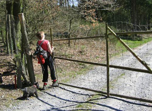 We verlaten het privé grondstuk via het hek