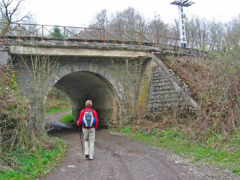 en weer onder een spoorwegtunnel door