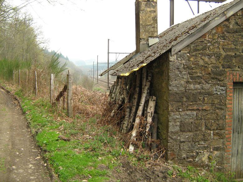 een oud huisje langs de spoorbaan