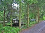 huisje tussen de bomen