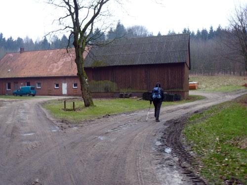 rechts langs de boerderij, dan het bos in