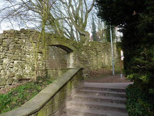 onder de poort in de oude stadsmuur door