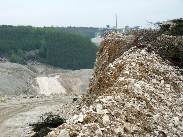 even vangen we een glimp op van een enorme kalksteengroeve