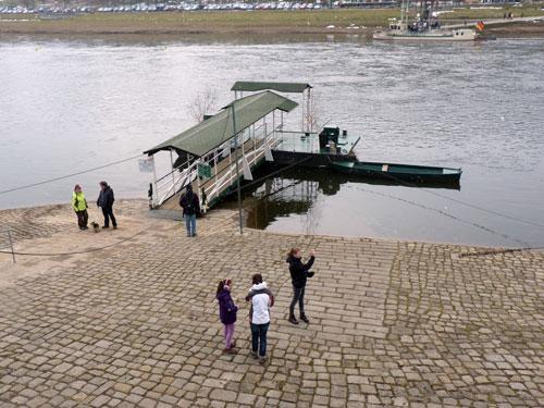 wachten op het pontje, de rondwandeling gaat aan de overzijde van de Elbe verder