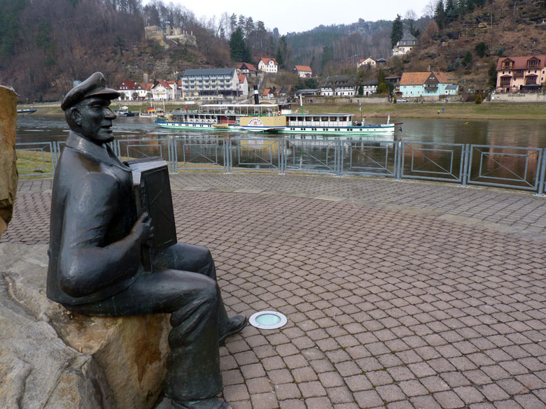 in het parkje aan de overzijde speelt een zeeman op de accordeon