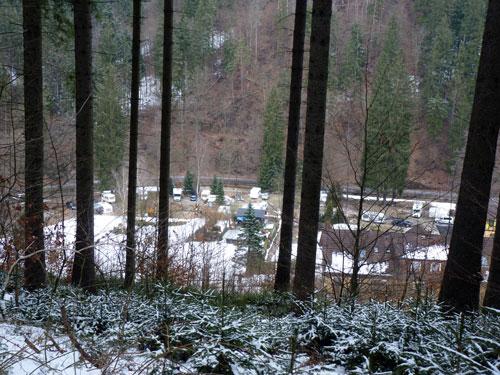 tussen de bomen door zien we camping Ostrauer Mühle