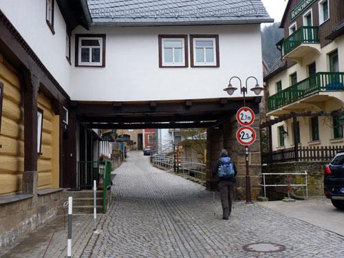een toeristisch straatje in Schmilka