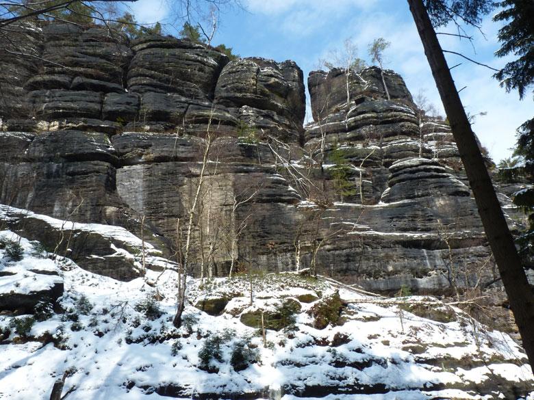 de rotswand hangt vol ijspegels