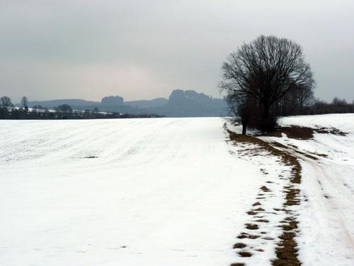 De Skulpturenwanderweg in het glooiende landschap