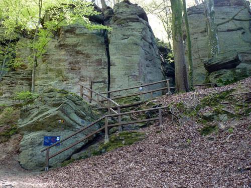 aan de overzijde van de kruising de trap omhoog