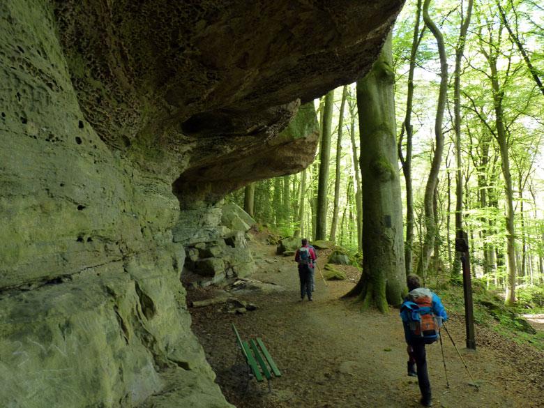 een prachtige overhangende rotspartij