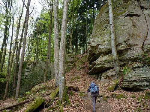 bergpaadje langs schitterende rotsformaties