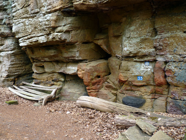we komen langs een opvallende verticale rotswand