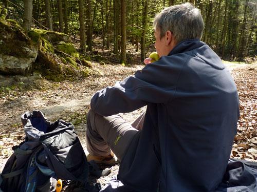 bij gebrek aan een bankje is er pauze midden op het bospad
