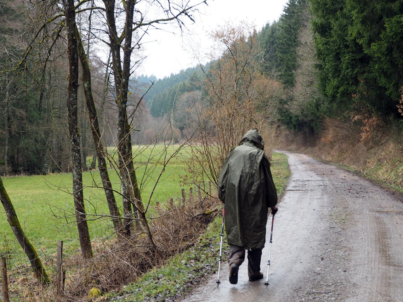 in de regen op weg naar Hollerath
