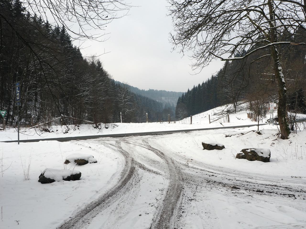 een besneeuwde parkeerplaats bij Girkhausen