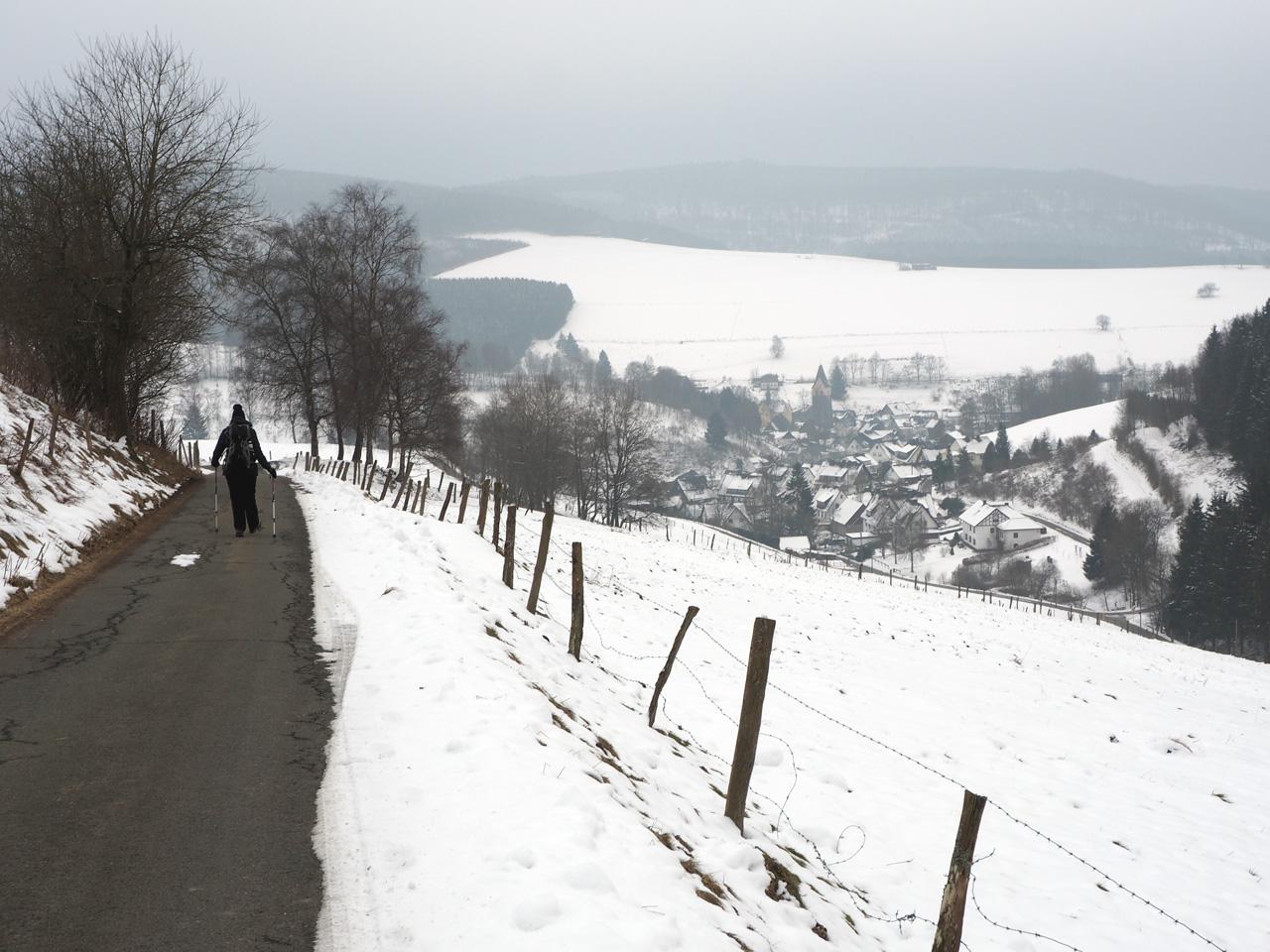 winterwandelen met een fraai uitzicht op Girkhausen