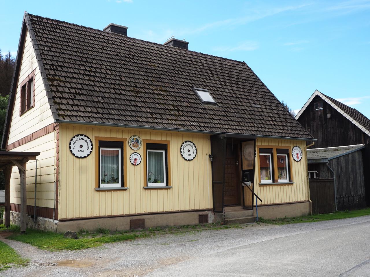 bijzondere borden op de gevels in Königshütte