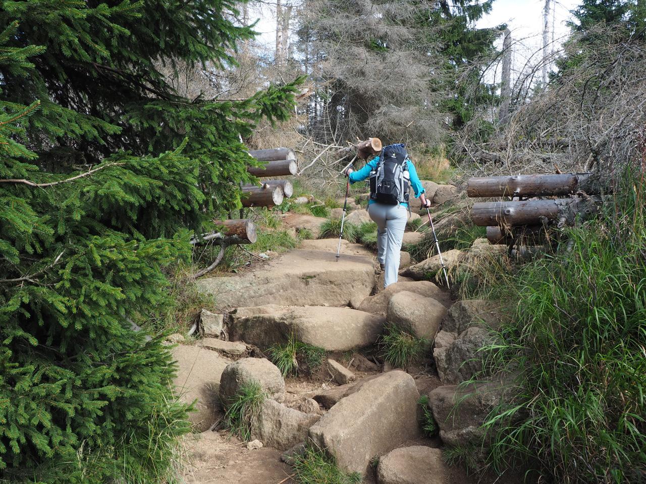 het pad wordt steiler, de rotsblokken hoger