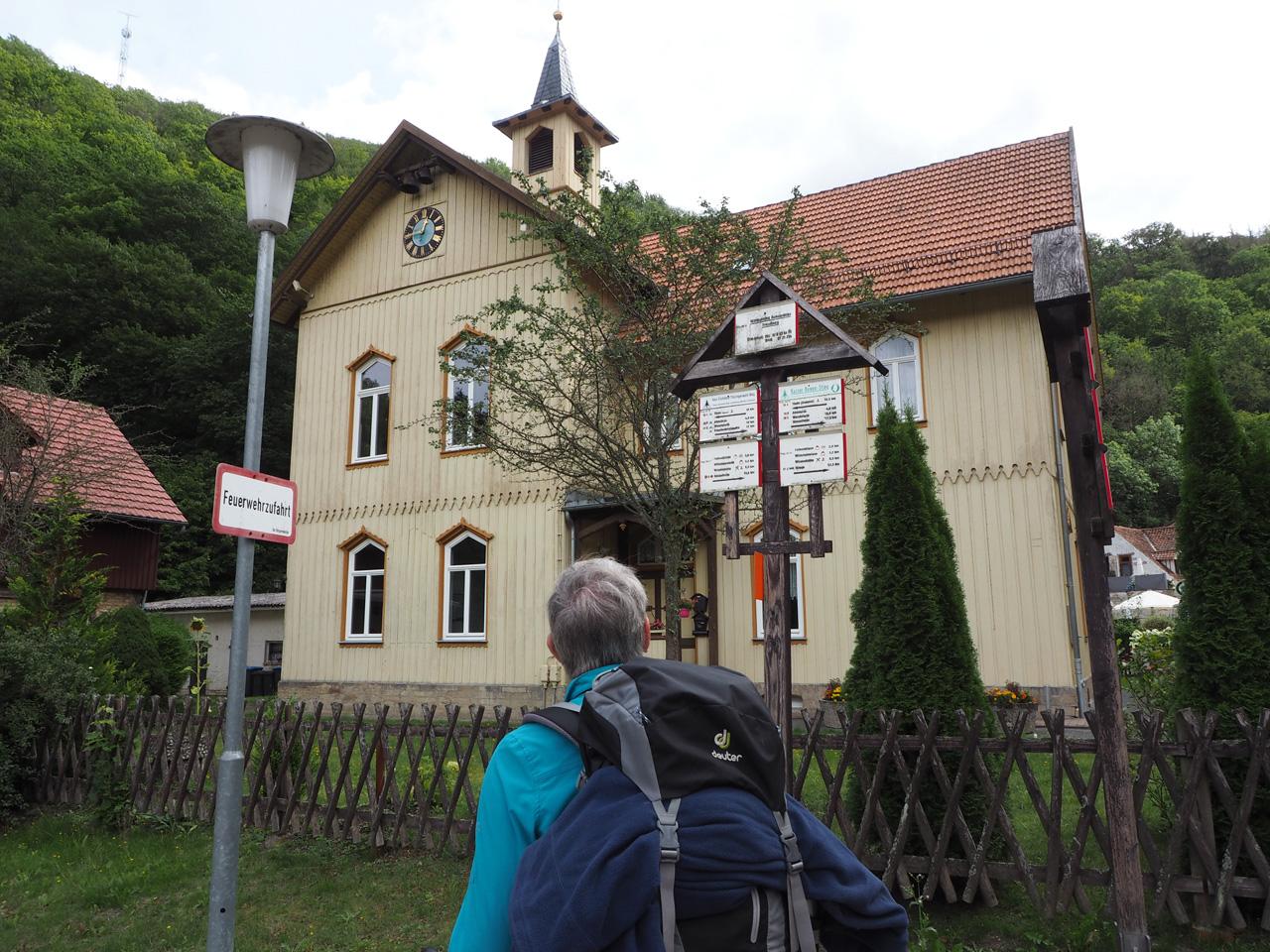 bij de houten kerk in Treseburg