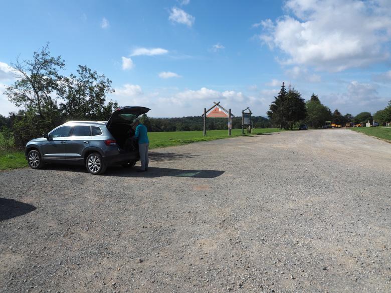 een volledig lege parkeerplaats