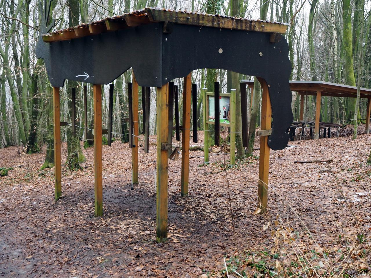 muziek maken in het bos op houten instrumenten