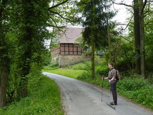 door het dorpje Mentrup met verschillende Fachwerk huizen