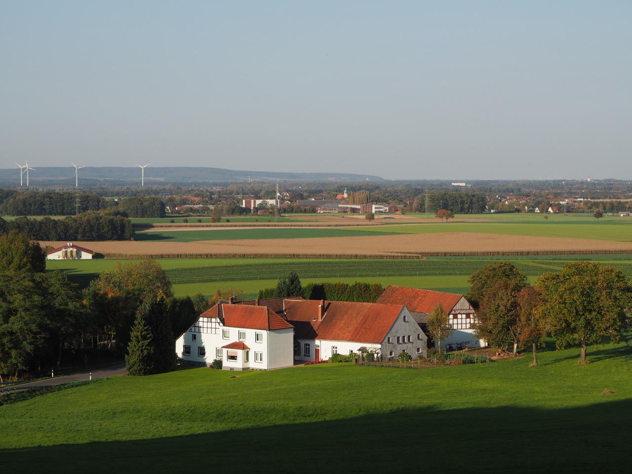 een grote boerderij in het dal