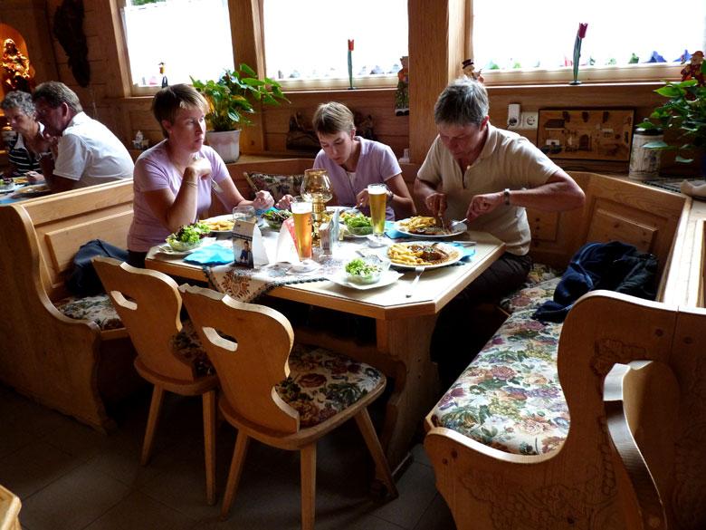 de nieuwe receptie en het restaurant van prachtig bewerkt hout