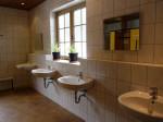 nieuw en modern sanitair in gedateerde kleuren