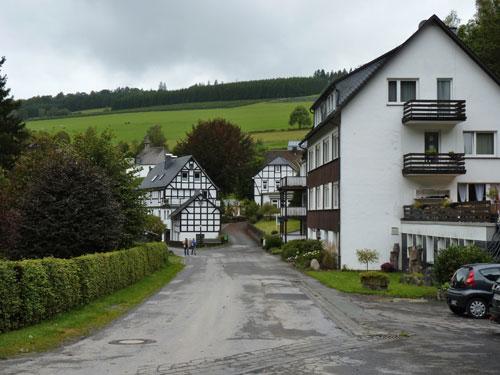 Latrop, het dorpje bestaat uit een paar huizen en een grote wandelparkeerplaats