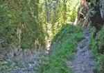 het pad loopt nu boven langs met alleen een ketting ter beveiliging
