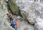 Einde deel II. Boven op de rots rechts een trap. De weg terug naar het startpunt